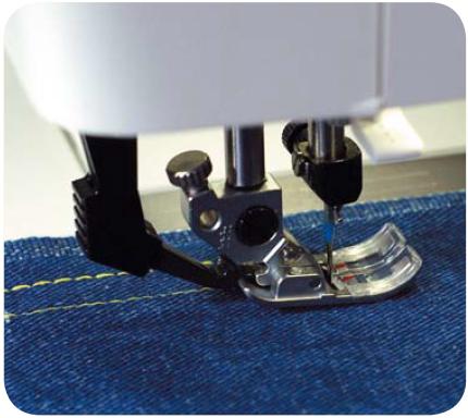 На этой машине марки Pfaff задействована система двойной подачи материала (за лапкой)